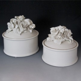White round box with Rose